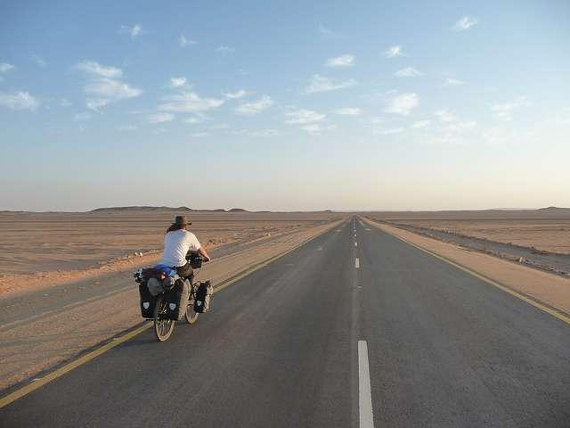 Désert du Sahara - Portrait de nomade : 7 questions à Stephen Fabes qui parcourt le monde à vélo - Nomad Junkies