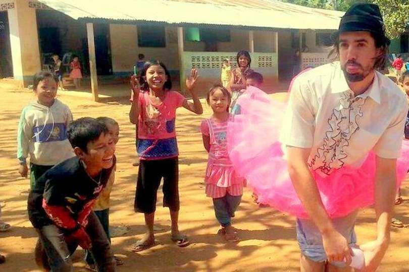Enfants - Portrait de nomade : 7 questions à Guillaume Vermette, clown humanitaire - Nomad Junkies