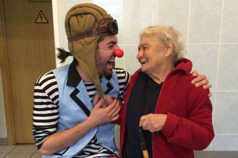 Personnes âgées - Portrait de nomade : 7 questions à Guillaume Vermette, clown humanitaire - Nomad Junkies