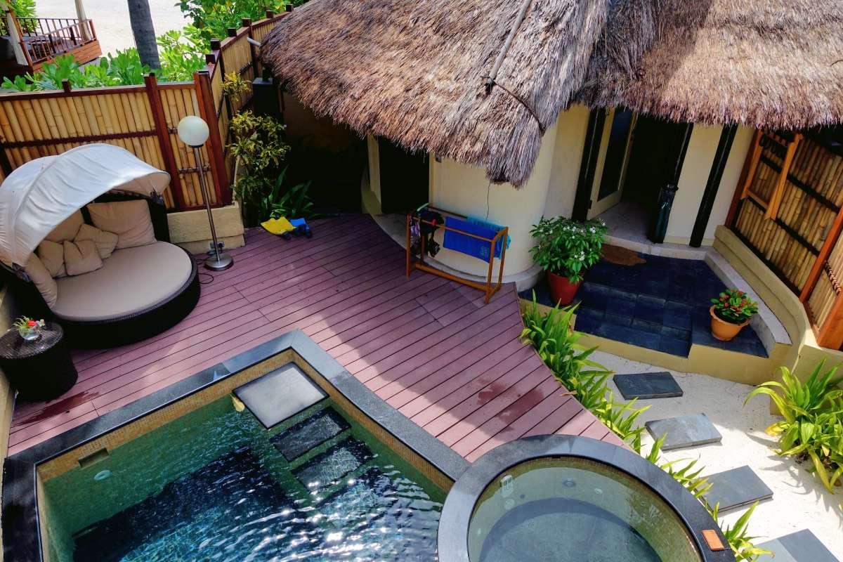 Cour arrière villa - Maldives : 10 raisons pourquoi ça devrait être ta prochaine destination de rêve - Nomad Junkies