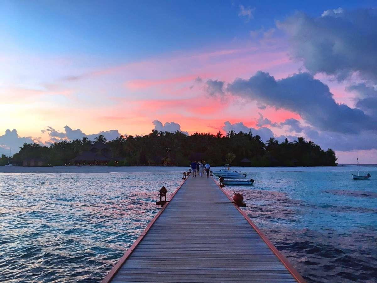Coucher de soleil jetty - Maldives : 10 raisons pourquoi ça devrait être ta prochaine destination de rêve - Nomad Junkies