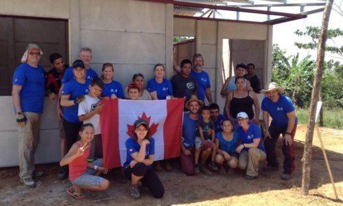 Voyager pour aider : comment démystifier le volontourisme, l'aide humanitaire et la solidarité internationale