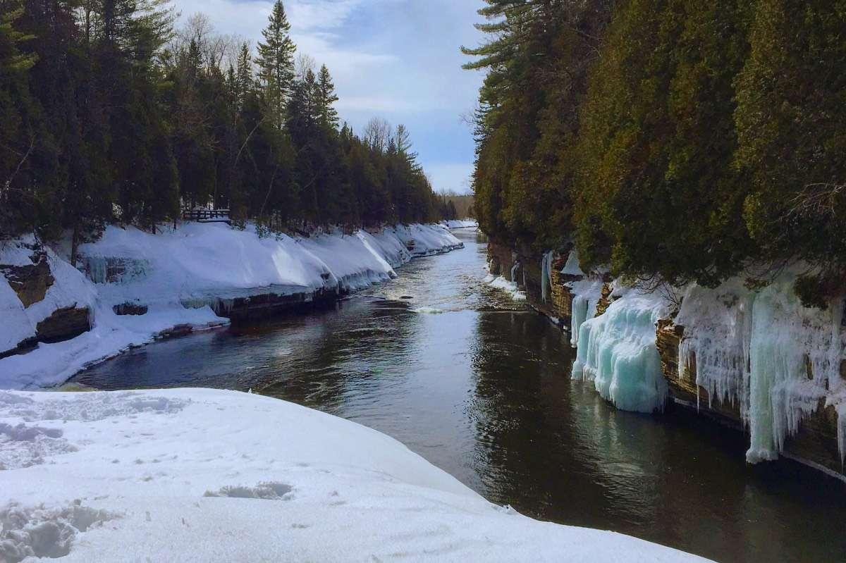 Gorges de la rivière Sainte-Anne - 5 activités d'hiver inusitées à Québec à essayer au moins une fois dans sa vie - Nomad Junkies