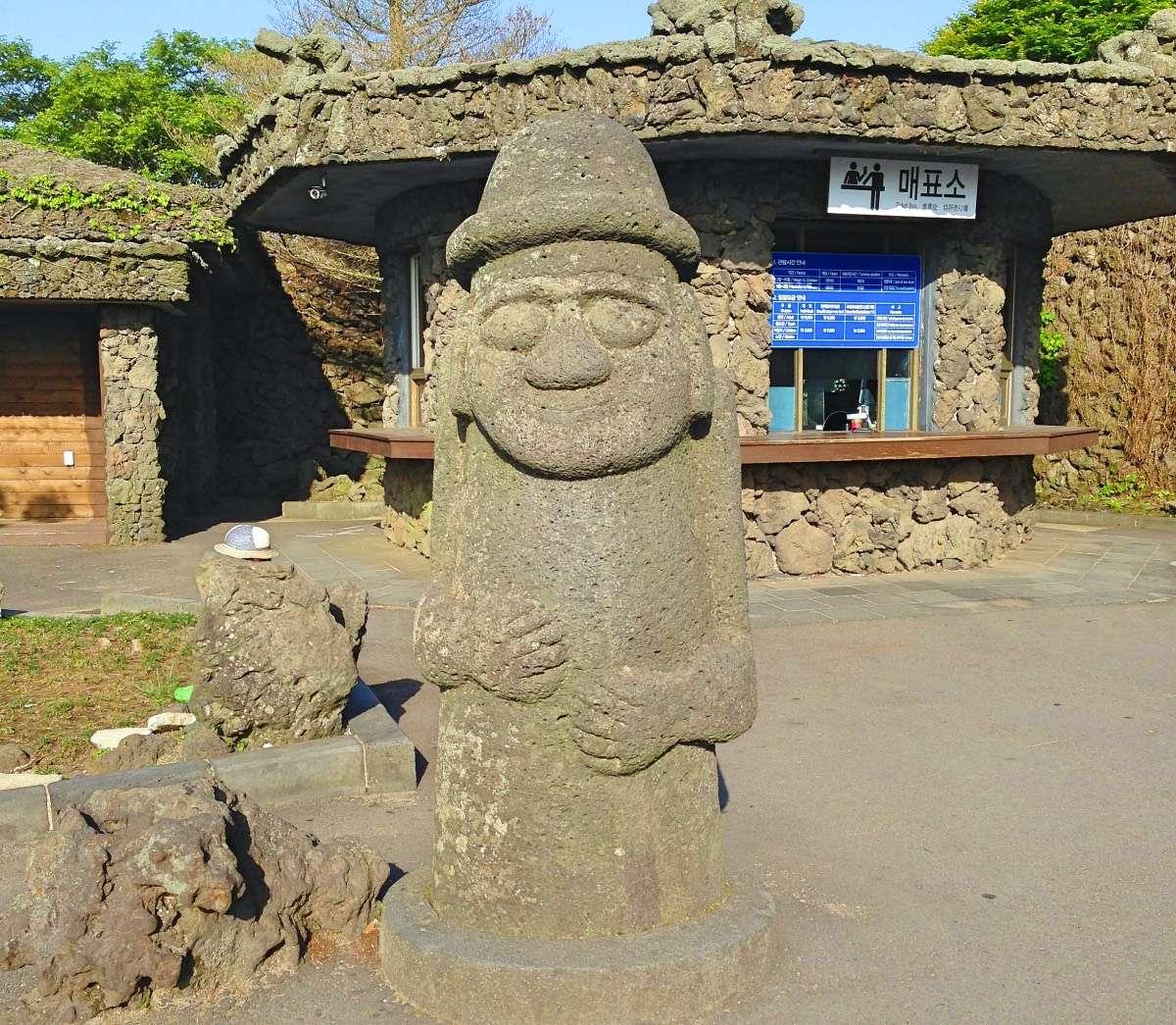 Statue Dolharubang - L'île de Jejudo : Le Hawaï de la Corée - Nomad Junkies