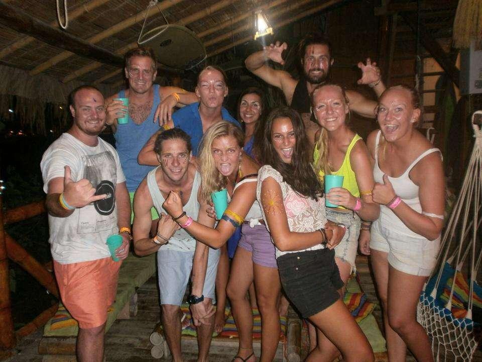 Groupe party - 5 raisons de faire la fiesta à Montanita - Nomad Junkies