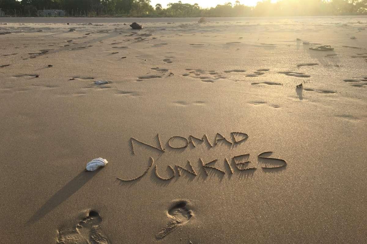 Plage Nomad Junkies - Un livre qui ramène au voyage… et à soi-même - Nomad Junkies