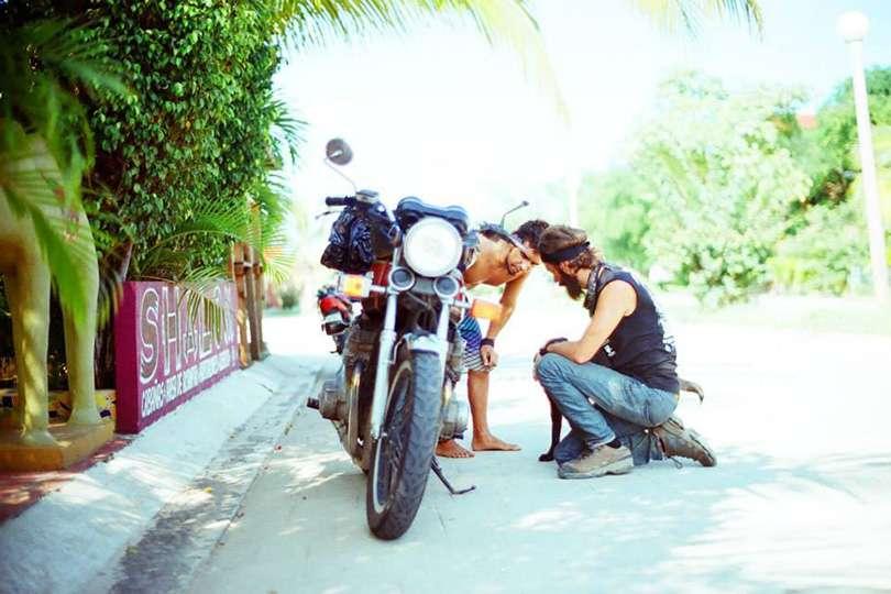 En panne - Le trip de moto d'une vie jusqu'au Guatemala - Nomad Junkies
