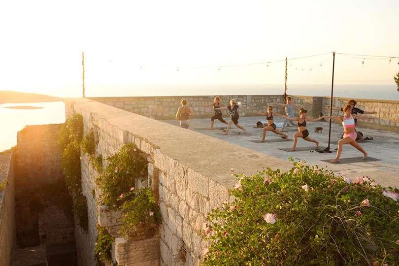 Vis Island Yoga - Island Hopping en Croatie - Nomad Junkies
