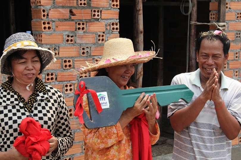 Remise des clés - Voyage humanitaire : 5 raisons de te lancer - Nomad Junkies
