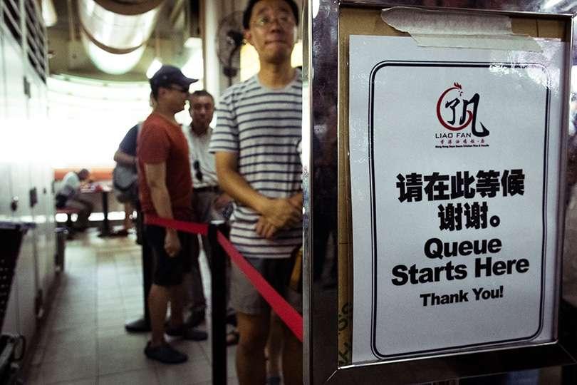 File d'attente - Le gros luxe à Singapour : 2 $ pour un restaurant du Guide Michelin! - Nomad Junkies