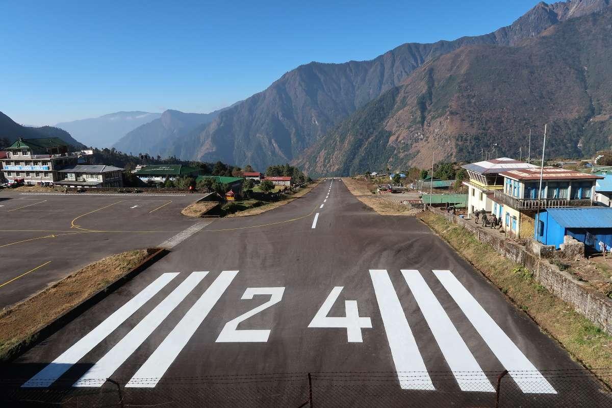 Lukla aéroport - Katmandou à l'Everest : 21 jours de trek par l'ancienne route - Nomad Junkies