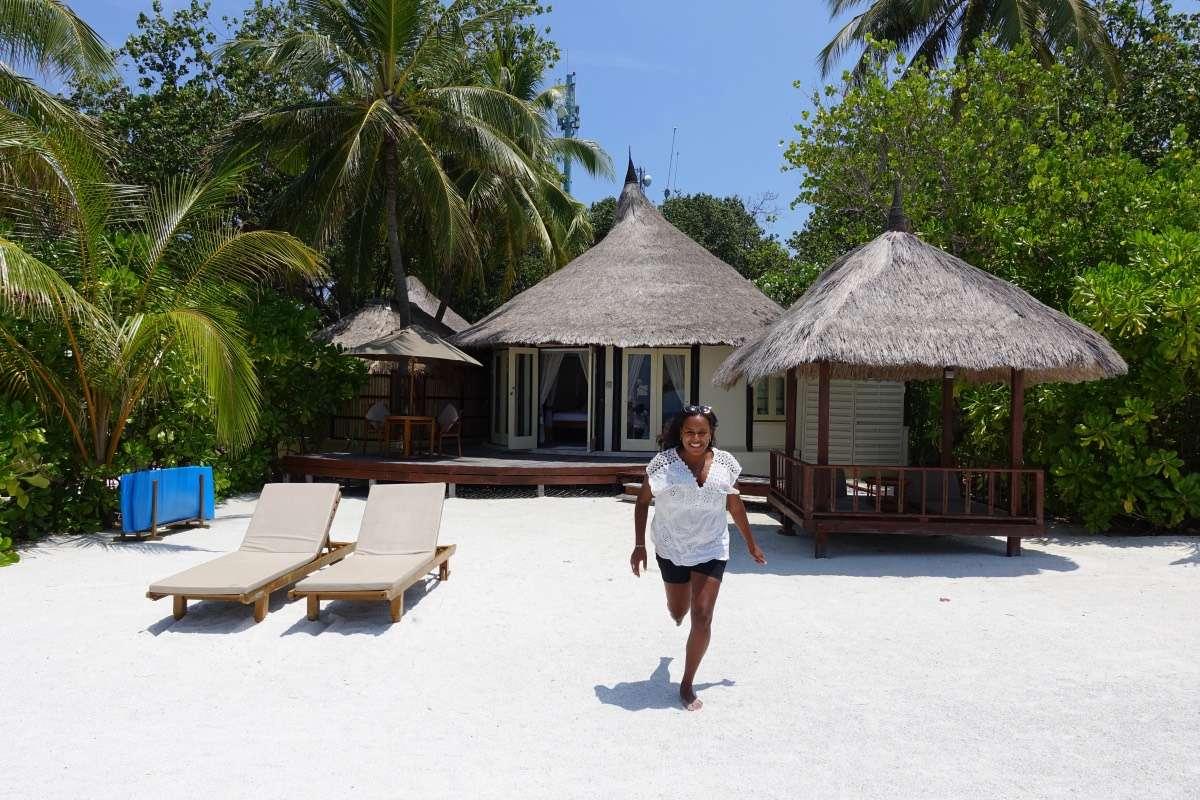 Accès plage - Maldives : 10 raisons pourquoi ça devrait être ta prochaine destination de rêve - Nomad Junkies