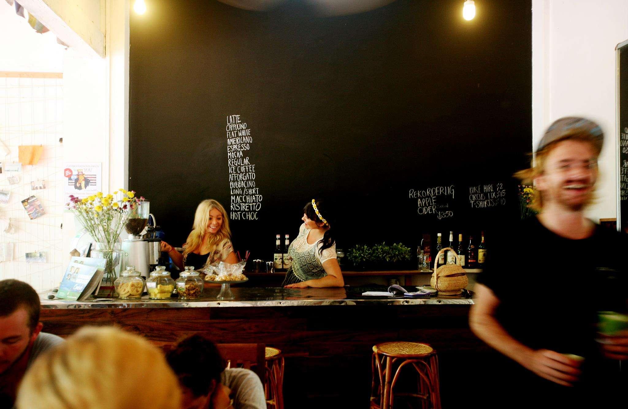 Barista - Portrait de nomade: 7 questions à Cassie de Sister Srey Café - Nomad Junkies