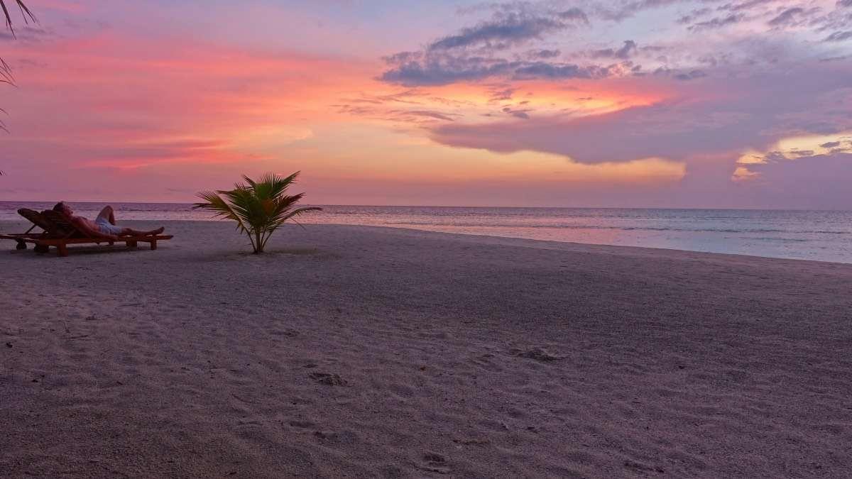Lever du soleil - Maldives : 10 raisons pourquoi ça devrait être ta prochaine destination de rêve - Nomad Junkies