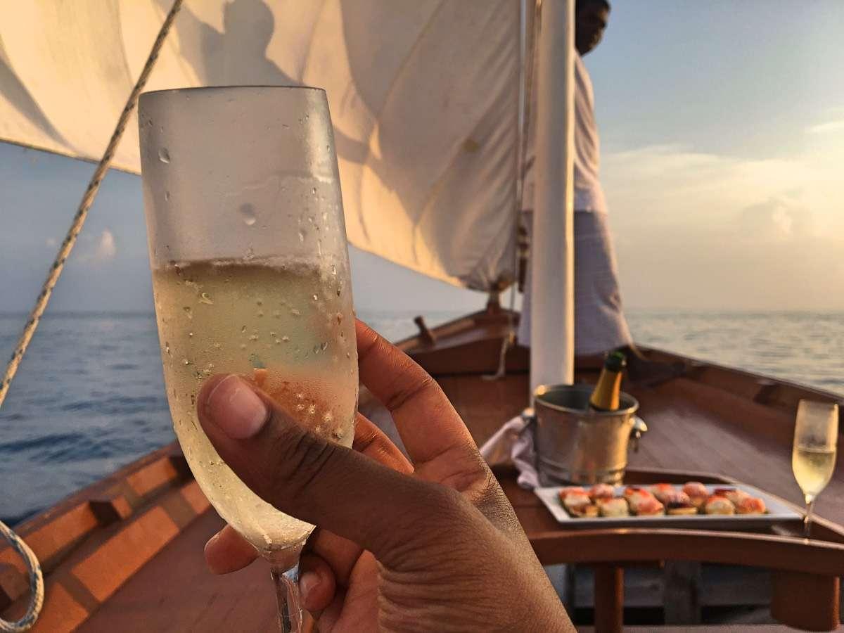 Dhoni coucher de soleil - Maldives : 10 raisons pourquoi ça devrait être ta prochaine destination de rêve - Nomad Junkies