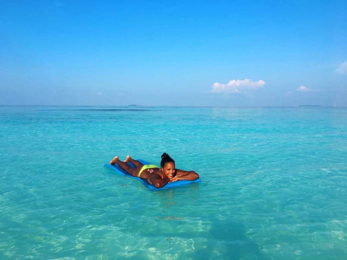Mer bleue turquoise - Maldives : 10 raisons pourquoi ça devrait être ta prochaine destination de rêve - Nomad Junkies