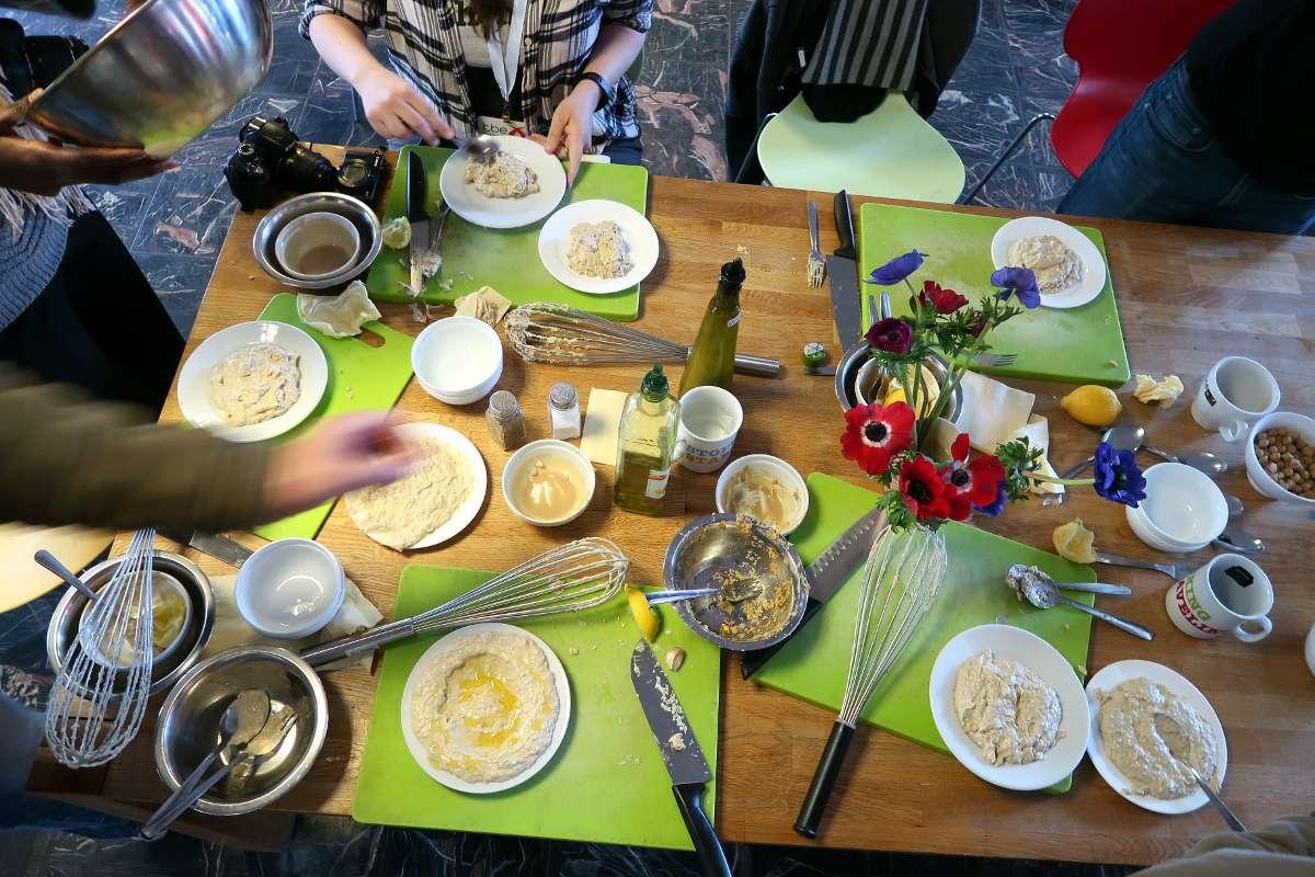Hummus cours de cuisine Jerusalem - Voyager en backpack en Israël : 7 musts - NomadJunkies
