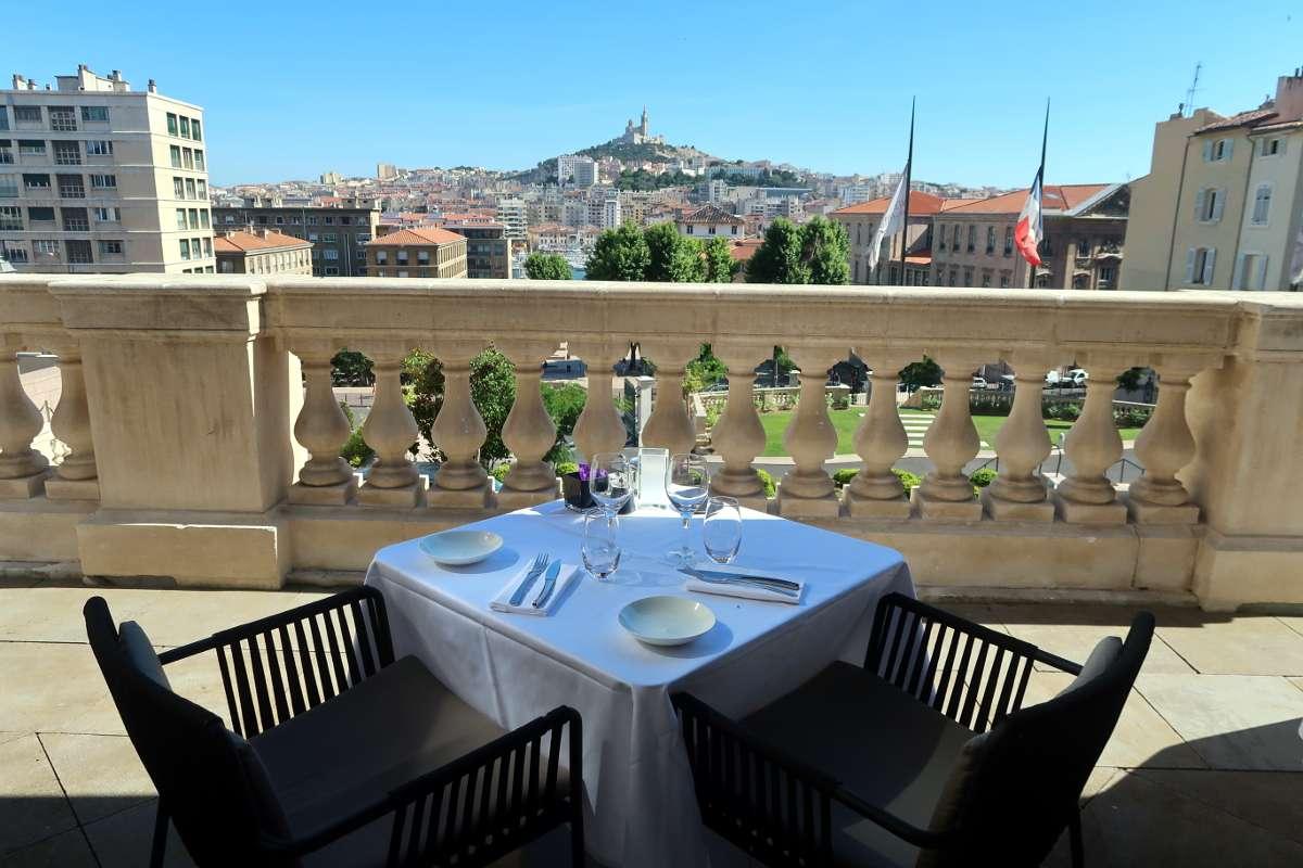 Terrasse InterContinental - Envole-toi vers Marseille : découvre la «vibe» du Sud de la France - Nomad Junkies