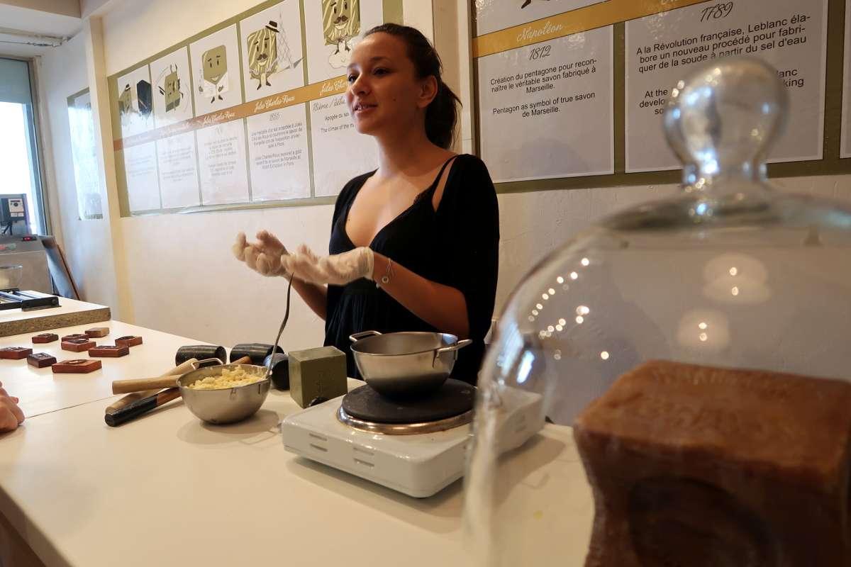 Atelier de fabrication de savon - Envole-toi vers Marseille : découvre la «vibe» du Sud de la France - Nomad Junkies
