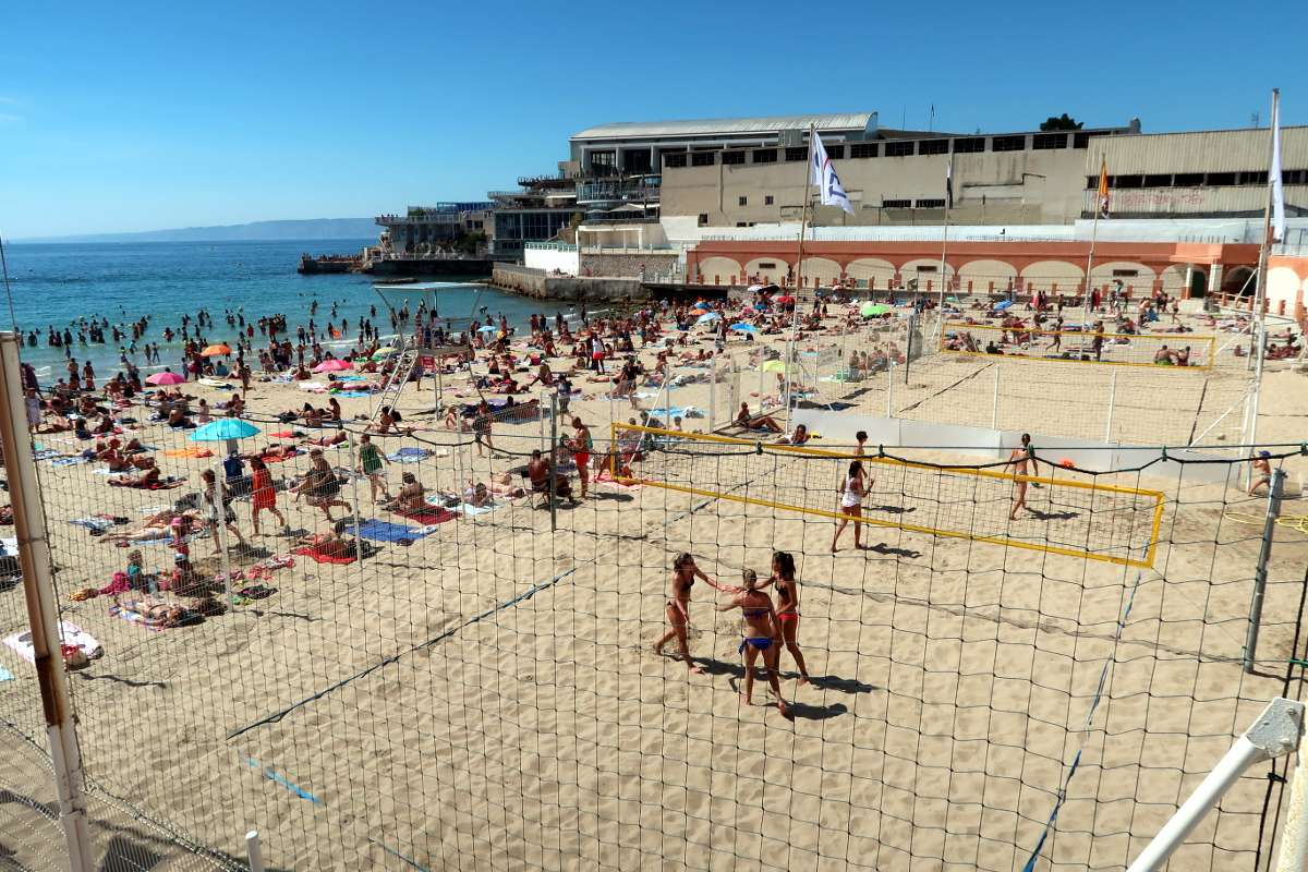 Volleyball plage - Envole-toi vers Marseille : découvre la «vibe» du Sud de la France - Nomad Junkies