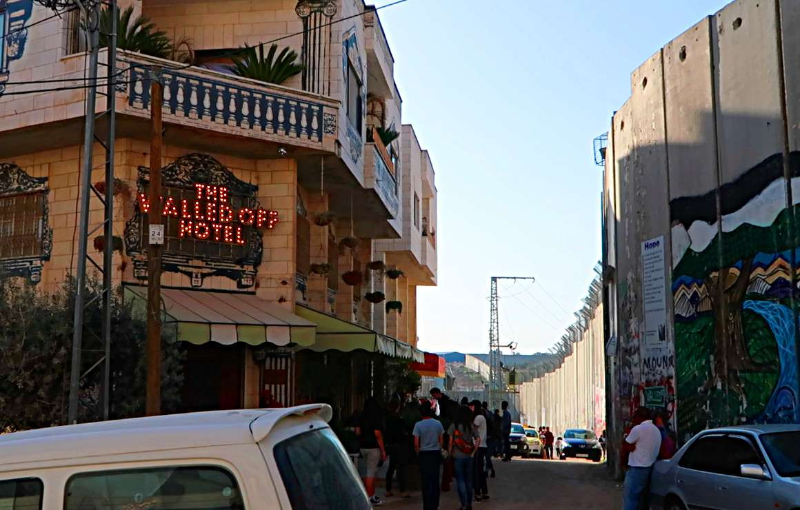 The Walled Off Hotel Bansksy - Voyager en backpack en Israël : 7 musts - NomadJunkies