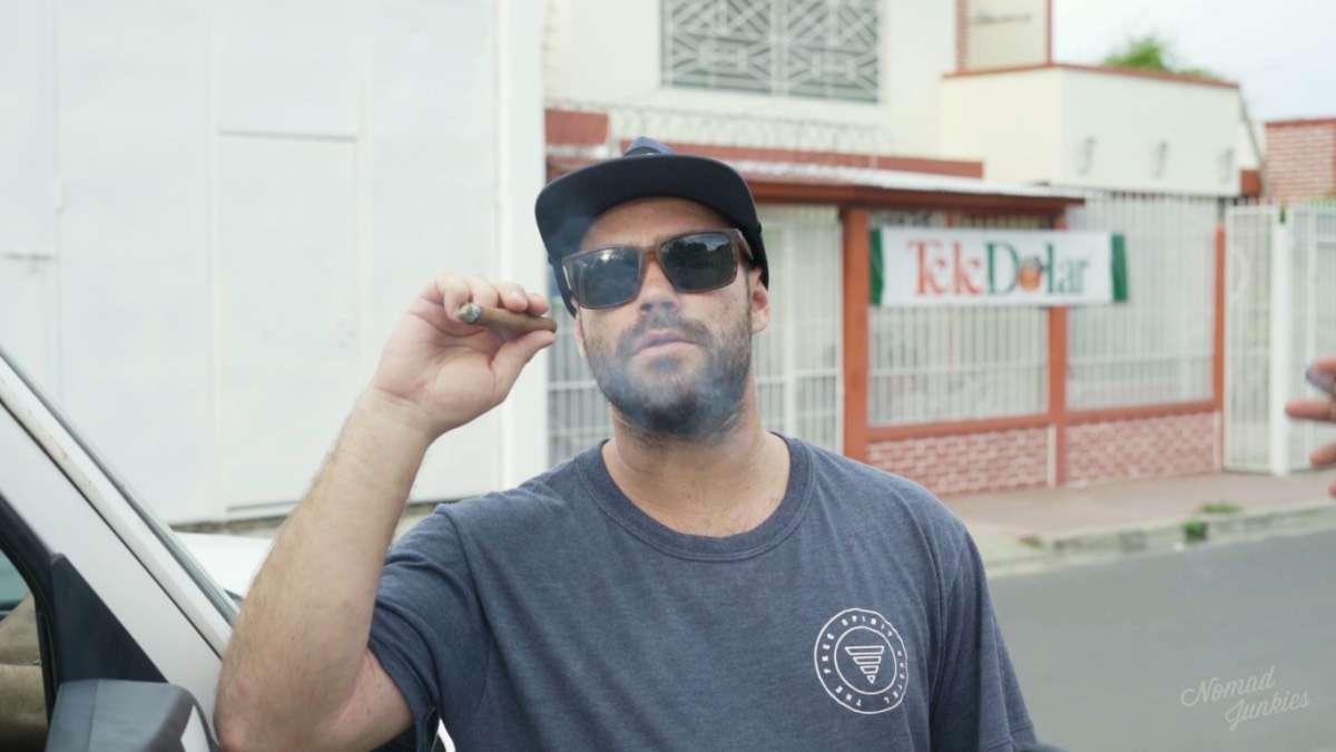 Karl cigare - Portrait de nomade : 7 questions à Karl du Free Spirit Hostel - Nomad Junkies